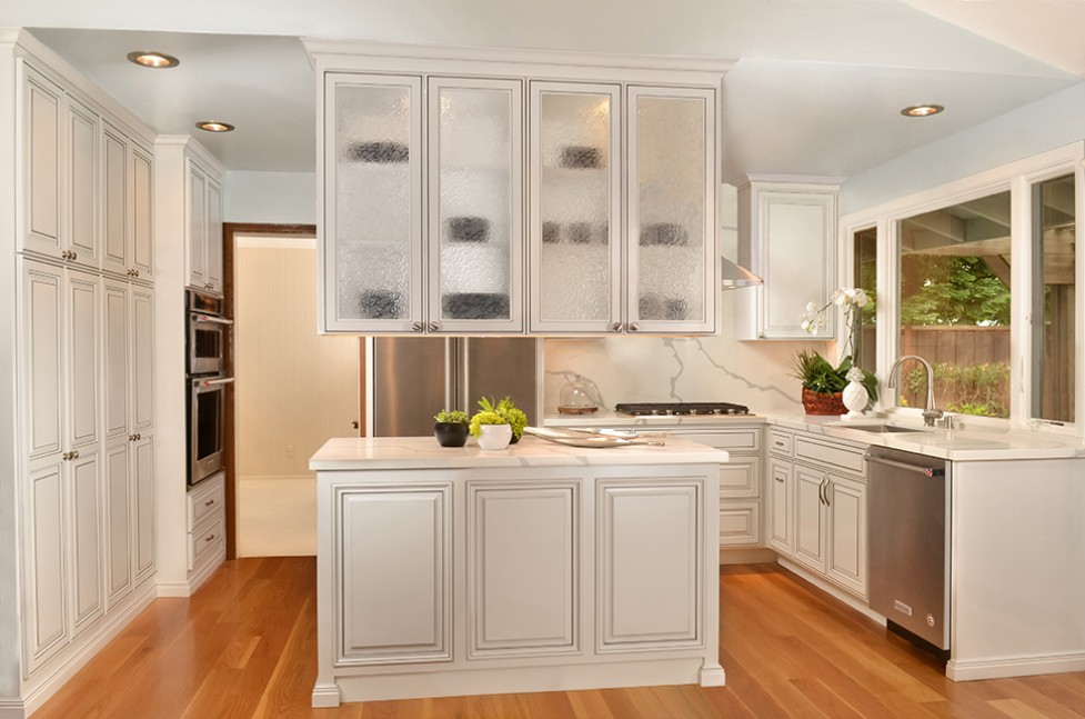 This beautiful transitional kitchen design seamlessly blends traditional and contemporary elements